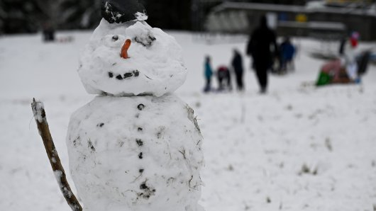 Nicht überall wird es für einen Schneemann reichen, aber schneien soll es in ganz Niedersachsen. (Symbolbild)