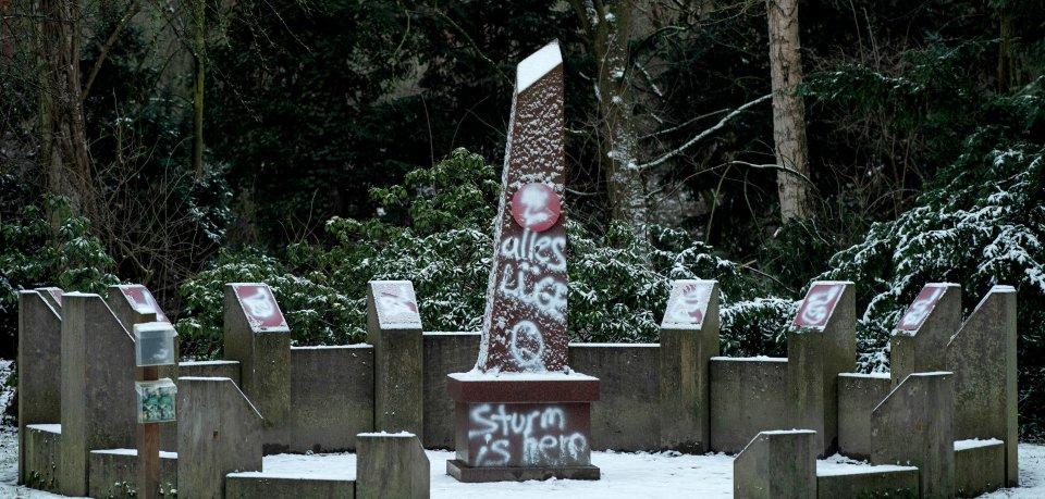 In Göttingen sind widerliche Schmierereien auf einem Denkmal aufgetaucht.