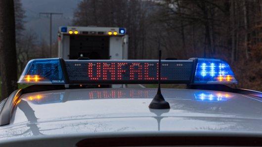 Niedersachsen: Ein grausamer Verkehrsunfall hat sich am Freitagmorgen auf der Bundesstraße 244 abgespielt. (Symbolbild)