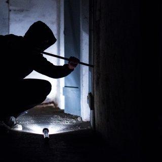 Zwei Einbrecher haben sich in Hannover ins Schlafzimmer einer Seniorin geschlichen. (Symbolbild)