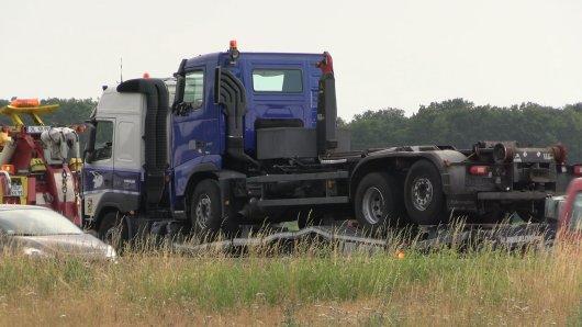 Nach einem Lkw-Unfall auf der A1 ist die Autobahn bis Dienstagabend nicht befahrbar.