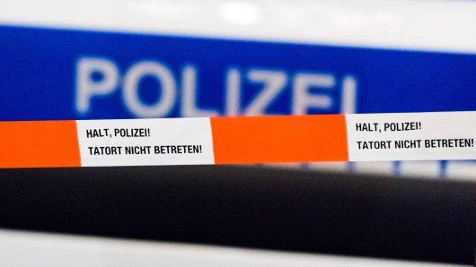 Ein Passant hat einen leblosen Mann auf einer Parkbank gefunden. Die Polizei geht von einem Tötungsdelikt aus und hat jetzt eine dringende Bitte. (Symbolbild)