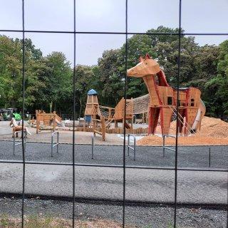 Braunschweig: Die Absperrung an dem Spielplatz der Georg-Westermann-Alle/Ecke Herzogin-Elisabeth-Straße hat die Eltern nicht aufhalten können!