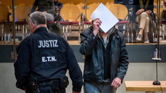 In Verden in Niedersachsen müssen sich drei Angeklagte vor Gericht behaupten. Es geht um den gewaltsamen Tod von Andrea aus Schöningen.
