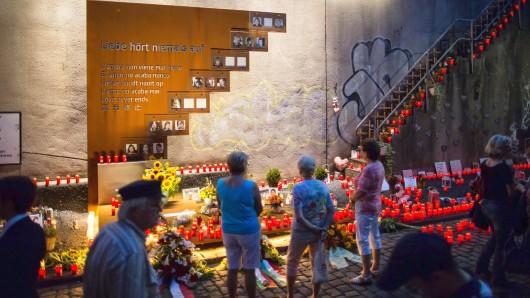 """Kerzen brennen am 24.07.2016 in Duisburg (Nordrhein-Westfalen) an der Unglücksstelle der Loveparade 2010. Betroffene und Angehörige wollen im Rahmen der """"Nacht der 1000 Lichter"""" in Duisburg an die Katastrophe bei der Loveparade 2010 erinnern. Am 24. Juli vor sechs Jahren waren 21 Menschen bei einer Massenpanik ums Leben gekommen, Hunderte wurden verletzt. Foto: Maja Hitij/dpa +++(c) dpa - Bildfunk+++"""