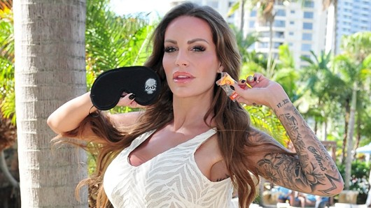 Gina-Lisa Lohfink (30): Das Model nimmt eine Schlafbrille und Ohrstöpsel mit: Ich bin beim Schlafen empfindlich gegen Helligkeit und muss es dunkel haben. Dafür die Schlafbrille und die Ohrstöpsel gegen lustige Geräusche.