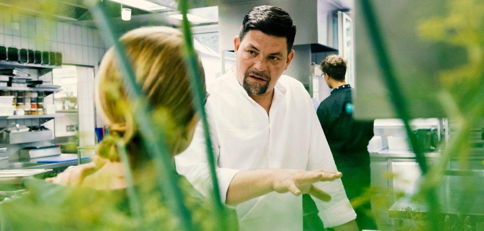 """In der aktuellen Folge von """"Kitchen Impossible"""" auf Vox trat Tim Mälzer gegen Tanja Grandits an."""