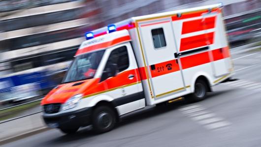 Ein Rettungswagen brachte die schwerverletzte Seniorin in ein Krankenhaus (Symbolbild).