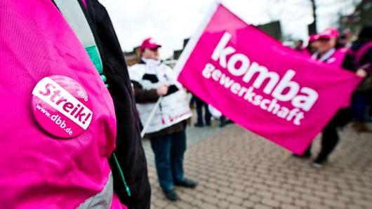 Mitarbeiter des öffentlichen Dienstes beteiligen sich in Peine an einem Warnstreik der Gewerkschaft Komba.