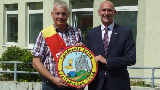 Der neue Landkreis-König Frank Samland mit Landrat Franz Einhaus