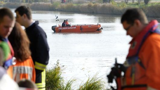 Spezialisten von Polizei und Feuerwehr am Mittellandkanal.