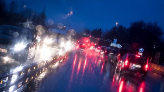 Auf der A2 staut sich der Verkehr derzeit. (Symbolbild)