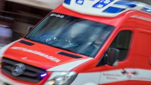 Ein Rettungswagen fährt mit Blaulicht zu einem Einsatz. (Symbolbild)