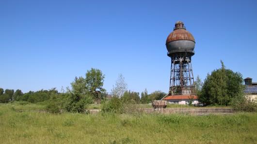 Der markante Kugelwasserturm auf dem Hüttengelände in Ilsede.