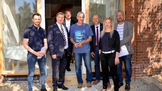 Sie alle waren dabei: André Fischer (Stadtverwaltung), Klaus Ploschke (Volksbank BraWo), Hans-Jürgen Tarrey (Stadtrat), Karlheinz Becker (Bauherr), Klaus Saemann (Bürgermeister Peine), Frau Dörries (ArL Braunschweig) und Reinhard Matschurek (Architekt).