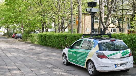 Ein Kamera-Auto von Google fährt durch die Straßen (Archivbild).