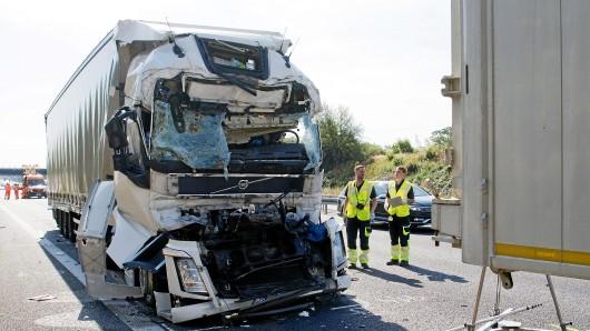 Lastwagen stehen nach einem Unfall auf der Autobahn A2 hinter der Anschlussstelle Langenhagen in Fahrtrichtung Dortmund. An dem Unfall waren fünf LKW beteiligt (Archivbild).