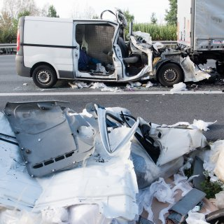 In dem völlig zerstörten Kleintransporter starben zwei Menschen.