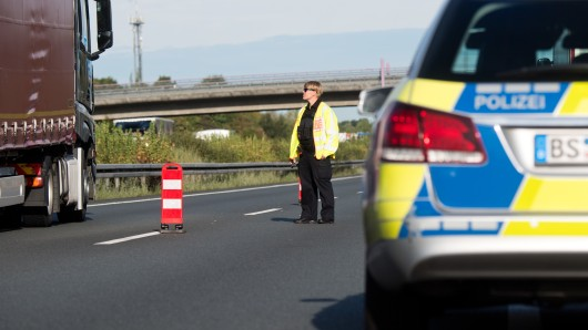 Die Polizei regelt den Verkehr nach einem Unfall auf der A2 (Archivbild).