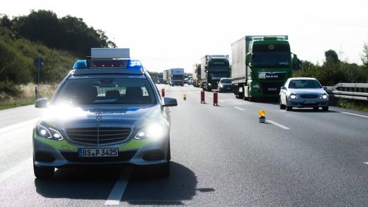 Die Polizei sperrt die Fahrbahn vor der Unfallstelle. (Symbolbild)
