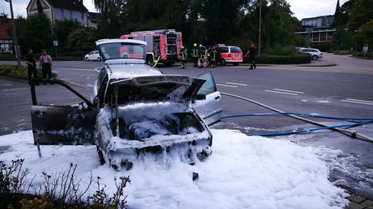 Die Feuerwehr löschte den Audi mit Schaum.