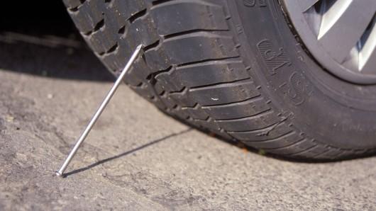 Ein Nagel sollte die Luft aus dem Reifen lassen - dieser Plan ist nicht aufgegangen (Symbolbild).