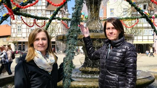 Peine-Marketing-Mitarbeiterin Marina Schmidtmeier (links) und Silke Meyer von der Kindertagesstätte Bärenhöhle sind traurig über den wieder einmal zerstörten Osterbrunnen. Jetzt soll er aber wieder geschmückt werden.