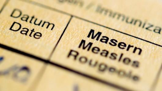 Die Aufschrift Masern steht auf einem Impfpass (Symbolbild).