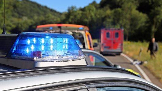 In Hannover ist bei einem Unfall ein Mann ums Leben gekommen. Der 28-jährige Rennradfahrer wurde auf der Dedenser Straße von einem Auto erfasst. (Symbolbild)