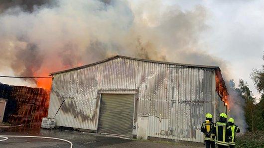 Eine Lagerhalle in Peine brennt lichterloh.