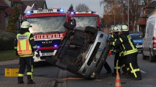 Eine Autofahrerin ist mit ihrem Wagen am Donnerstag im Landkreis Peine auf dem Dach gelandet.