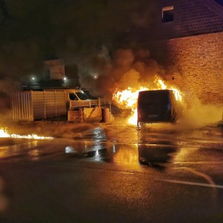 Ein Kleinbus stand mitten in der Nacht in Clauen im Kreis Peine lichterloh in Flammen.