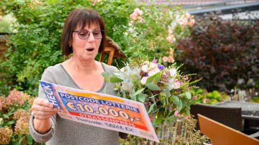 Ingrid aus dem Kreis Peine steht die Überraschung ins Gesicht geschrieben. Sie hat bei der Postcode Lotterie gewonnen.