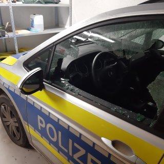 In Vechelde im Kreis Peine wurde auf einen fahrenden Polizeiwagen geschossen – dabei ging das Fenster zu Bruch.