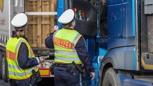 Ein Lkw-Fahrer hat plötzlich Klopfgeräusche gehört. Das hat die Polizei auf den Plan gerufen! (Symbolbild)