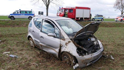 Zwei Männer sind im Kreis Peine mit diesem Auto verunfallt. Ihr Plan danach war aber zum Scheitern verurteilt...