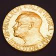 ARCHIV- HANDOUT - Eine undatierte Aufnahme zeigt die Vorderseite der Medaille des Friedensnobelpreises, die 1902 von dem norwegischen Künstler Gustav Vigeland enworfen wurde. Foto: Berit Roald/dpa (zu dpa Jury wählt Friedensnobelpreisträger aus Rekordzahl von Kandidaten vom 06.10.2016 - ACHTUNG: Verwendung nur zu redaktionellen Zwecken bei vollständiger Quellenangabe Berit Roald/dpa) +++(c) dpa - Bildfunk+++