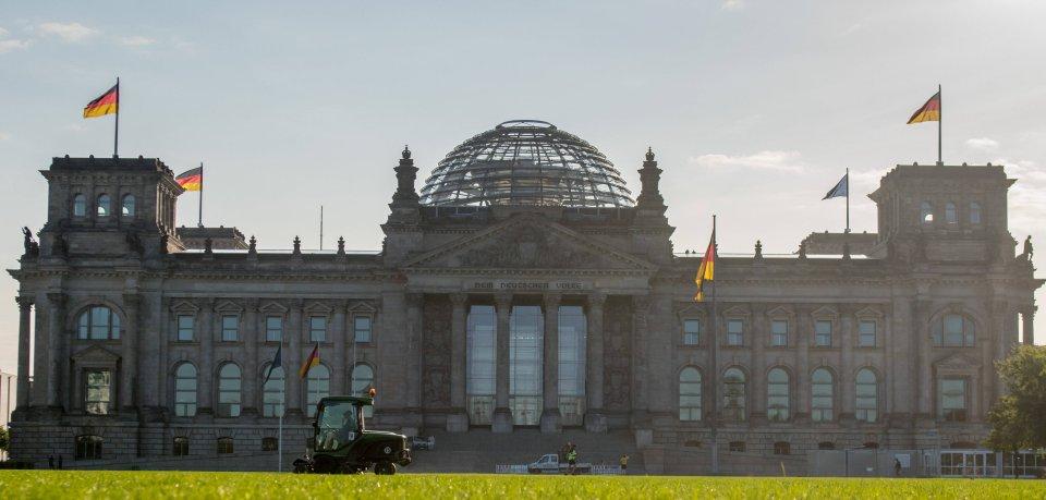Der Bundestag befindet sich im Reichstaggebäude in Berlin.