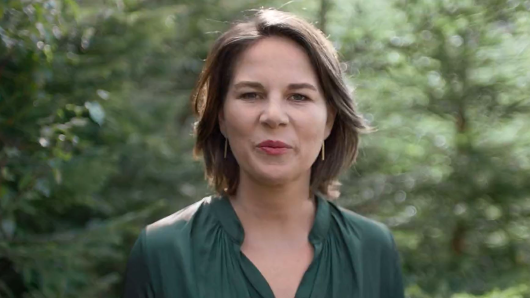 Kanzlerkandidatin Annalena Baerbock steht im neuen Grünen-Wahlspot im Wald.