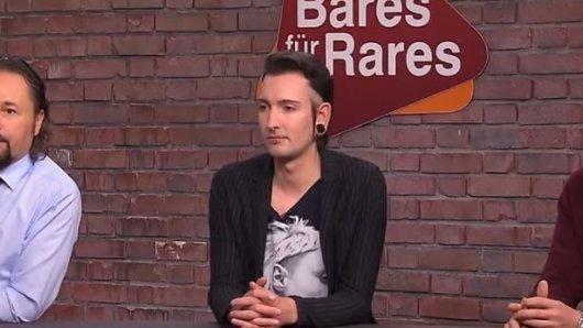 """Händler Fabian Kahl (in der Mitte) bei """"Bares für Rares""""."""