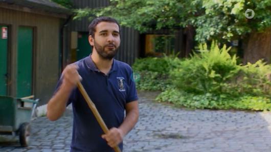 Tierpark München: Tierpfleger Dominik gibt gerade ein Interview.