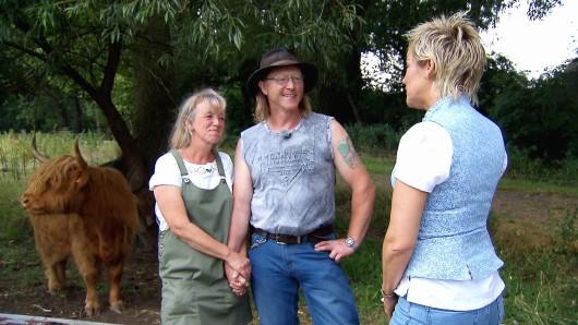 Moderatorin Inka Bause besucht Rinderzüchter Lutz aus Sachsen und Steffi während der Hofwoche.
