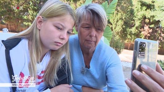 Goodbye Deutschland: Mallorca-Auswanderin Andrea telefoniert mit ihrem Mann nach Deutschland.