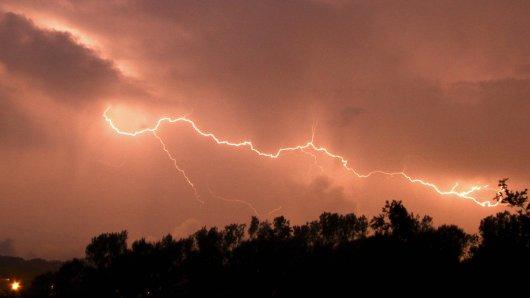 Jetzt hat der DWD eine amtliche Warnung vor Gewittern herausgegeben. Hier erfährst du, welche Städte betroffen sind.