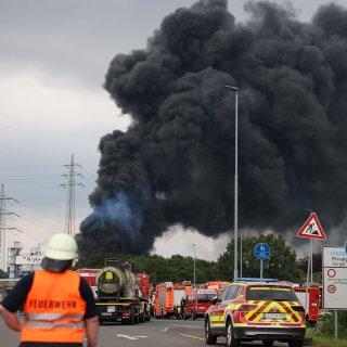 Leverkusen: Die heftige Explosion am Chempark sorgte für eine riesige Rauchwolke.