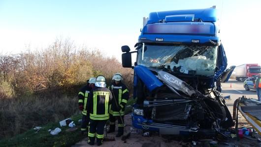 Die Feuerwehr befreite den eingeklemmten Fahrer aus seinem Führerhaus.