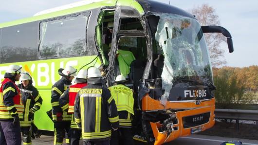 Rettungskräfte sind am Einsatzort und kümmern sich um die Betroffenen.