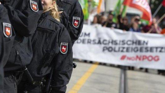 Hunderte Menschen demonstrierten in Hannover gegen das geplante Polizeigesetz. (Archivbild)
