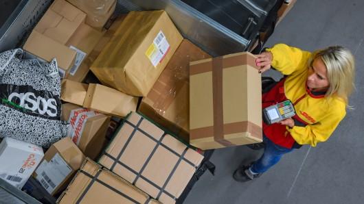 Im Paketzentrum ist die arbeitsreichste Woche des Jahres im vollen Gange: Vor Weihnachten werden hier täglich mehr als eine halbe Millionen Pakete bearbeitet.
