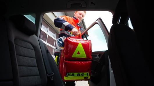 Gemeinde-Notfallsanitäter Alexander packt seinen Notfallrucksack auf die Rücksitzbank seines Einsatzfahrzeugs. Damit die Rettungswagen nicht unnötig mit Blaulicht losfahren, sollen die Notfallsanitäter im Oldenburger Land zum Einsatz kommen.
